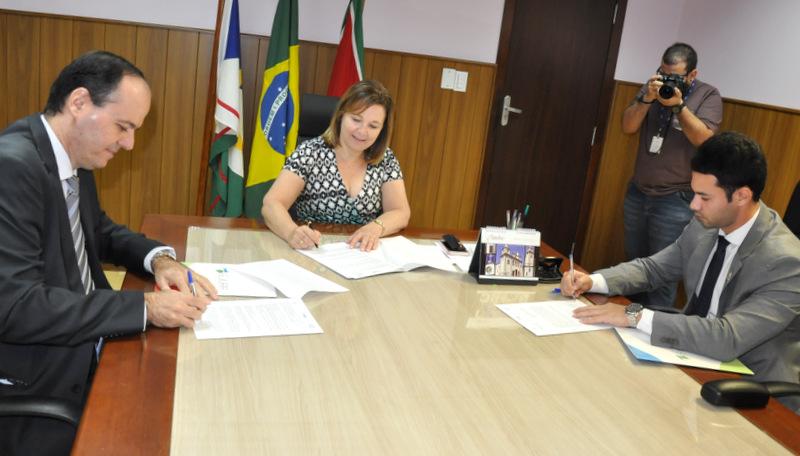 O diretor da Escola do Judiciário, desembargador Cristóvão Suter, a presidente do TJRR, desembargadora Elaine Bianchi, e o reitor da UERR, Regys Freitas